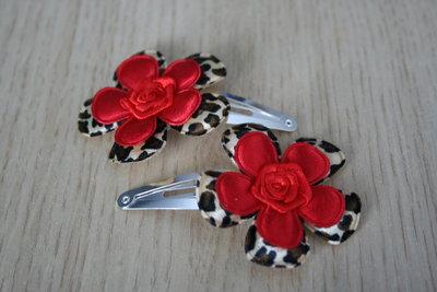 Haarclipje met roosje dierenprint/rood