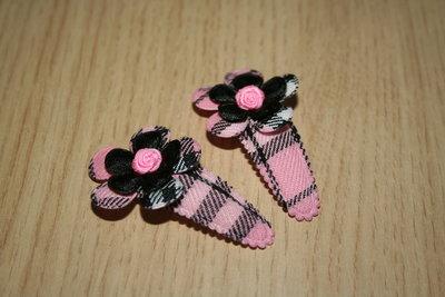 Haarclipje met kniphoesje en bloem schotse ruit roze/zwart