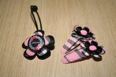 Set Haarelastiek en 2 Kniphoesjes met bloem schotse ruit roze