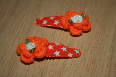Haarclipje met kniphoesje gehaakte bloem oranje ster