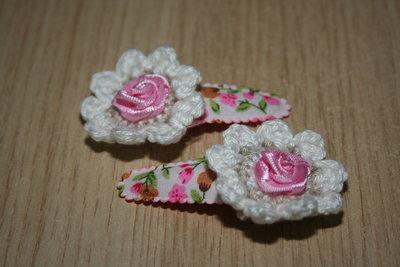 Haarclipje met kniphoesje gehaakte bloem wit gebloemd