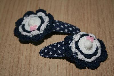 Haarclipje met kniphoesje gehaakte bloem donkerblauw-wit