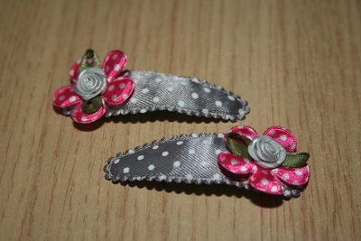 Haarclipje met kniphoesje bloem grijs/witte stip