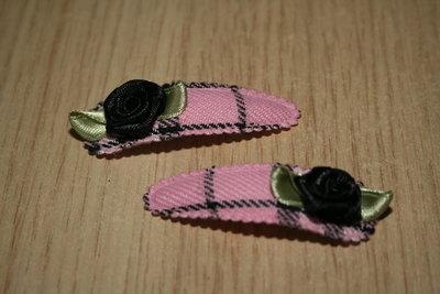 Haarclipje met kniphoesje roosje schotse ruit roze/zwart