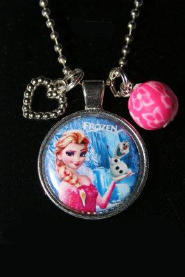 Ketting Frozen Elsa met Olaf in haar hand