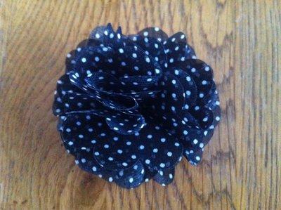 Clip met XL bloem zwart/wit